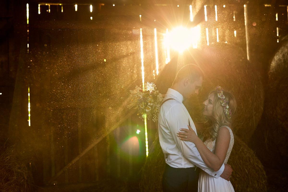 Fotograf ślubny Radom podczas sesji ślubnej w stodole